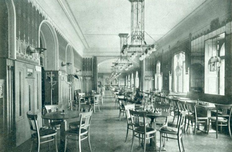 O cafe Louvre, que ainda hoje existe, apesar de algumas décadas de encerramento.