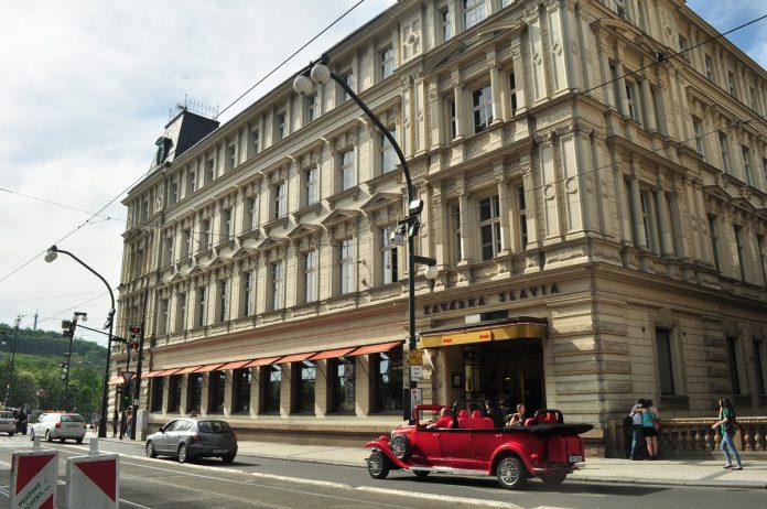 A fachada do café Slavia, vista da avenida Narodni