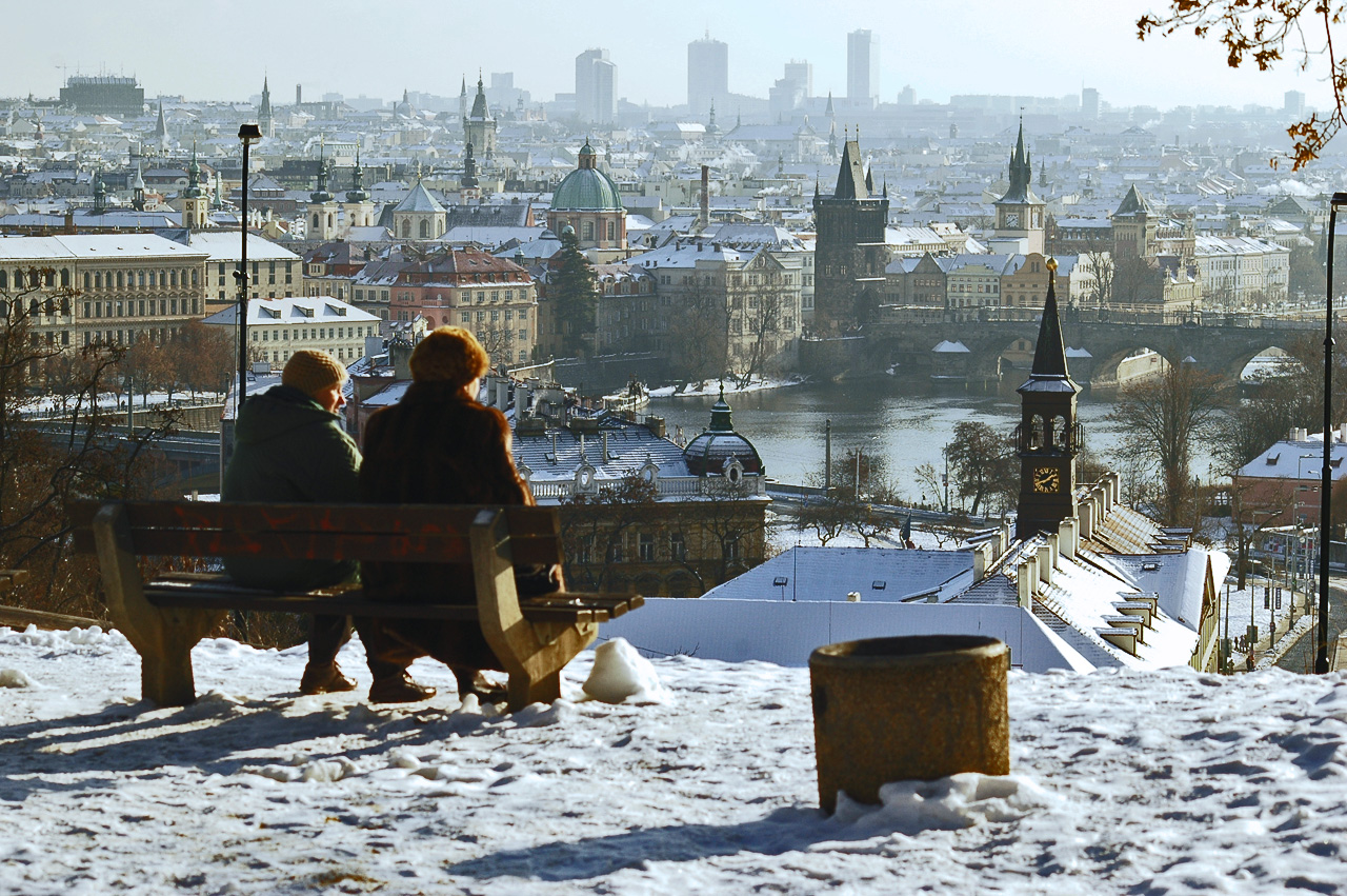 Duas senhoras observam a sua cidade a partir do parque de Letna
