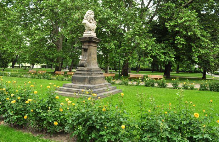 O busto de Petr Strozzi em frente ao portão principal do edifício